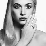 Junge blonde Frau schönes Schwarzweiss-Mädchen Lizenzfreies Stockbild