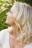 Junge blonde Frau am Sommer Stockfotografie
