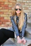 Junge blonde Frau in Sonnenbrillen Lizenzfreie Stockbilder