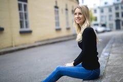Junge blonde Frau in städtischem Lizenzfreie Stockbilder
