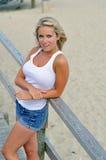 Junge blonde Frau am Strand Lizenzfreie Stockfotografie