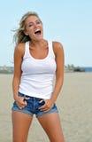 Junge blonde Frau am Strand Stockfoto