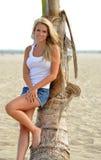 Junge blonde Frau am Strand Stockfotos