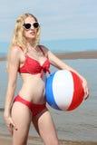 Junge blonde Frau am Strand Stockbild