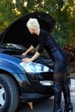 Junge blonde Frau und defektes Auto Stockfotos
