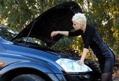 Junge blonde Frau und defektes Auto Stockfotografie