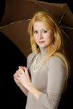 Junge blonde Frau unter Regenschirm Lizenzfreies Stockbild
