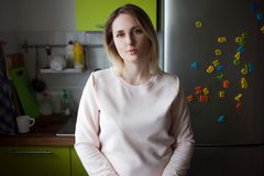 Junge blonde Frau zu Hause Porträt in der Küche Stockfotografie