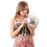 Junge blonde Frauen mit Discokugel Lizenzfreie Stockfotografie