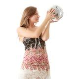 Junge blonde Frauen mit Discokugel Lizenzfreies Stockfoto