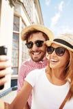 Junge blonde Frauen mit Geschenkbox Lizenzfreie Stockfotografie