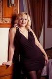 Junge blonde Frauenaufstellung Lizenzfreie Stockfotos