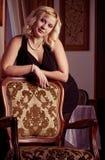 Junge blonde Frauenaufstellung Lizenzfreie Stockbilder