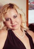 Junge blonde Frauenaufstellung Lizenzfreies Stockfoto