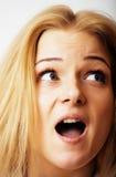 Junge blonde Frauenaufstellung emotional im Studio lokalisiert auf weißem b Lizenzfreies Stockfoto