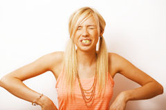 Junge blonde Frauenaufstellung emotional im Studio lokalisiert auf weißem b Stockbild