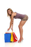 Junge blonde Frauenholding-Einkaufenbeutel Lizenzfreie Stockfotos