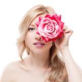 Junge blonde Frauenholdingblume Lizenzfreies Stockfoto