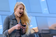 Junge blonde Frauenschreibenstextnachrichten Lizenzfreie Stockfotos