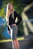 Junge blonde Frauenstellung Stockfotografie