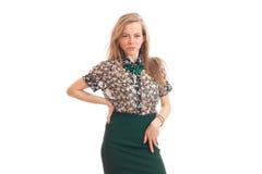 Junge blonde Geschäftsdame Cutie mit der Hand auf ihrer Hüfte Stockfoto