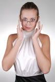 Junge blonde Geschäftsfrau in den Gläsern Stockbild
