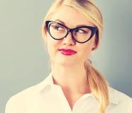 Junge blonde Geschäftsfrau in den schwarzen Gläsern Stockfotos