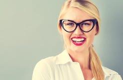 Junge blonde Geschäftsfrau in den schwarzen Gläsern Lizenzfreies Stockfoto