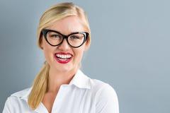 Junge blonde Geschäftsfrau in den schwarzen Gläsern Stockbilder