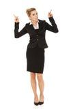 Junge blonde Geschäftsfrau, die auf etwas zeigt Lizenzfreie Stockfotografie