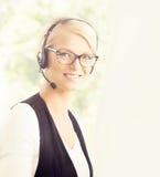 Junge blonde Geschäftsfrau, die im Büro arbeitet Stockfotos