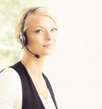 Junge blonde Geschäftsfrau, die im Büro arbeitet Stockbilder