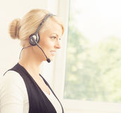 Junge blonde Geschäftsfrau, die im Büro arbeitet Lizenzfreies Stockbild