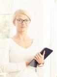 Junge blonde Geschäftsfrau, die im Büro arbeitet Lizenzfreie Stockfotos