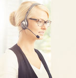 Junge blonde Geschäftsfrau, die im Büro arbeitet Lizenzfreies Stockfoto