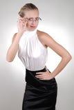Junge blonde Geschäftsfrau, die mit Ekel schaut Lizenzfreie Stockbilder
