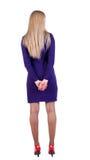 Junge blonde Geschäftsfrau im violetten Kleid Stockbild