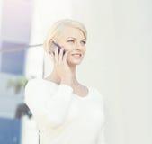 Junge blonde Geschäftsfrau mit einer Tablette draußen Stockbild