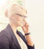 Junge blonde Geschäftsfrau am Telefon Lizenzfreie Stockfotografie