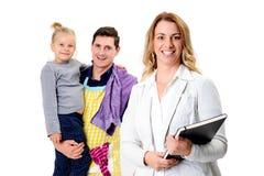 Junge blonde Geschäftsfrau und ihr Ehemann mit Kind im backgrou Stockbilder