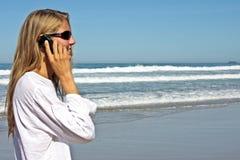 Junge blonde Geschäftsfrau, die einen Telefonaufruf bildet Lizenzfreie Stockbilder