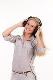 Junge blonde hörende Musik Lizenzfreies Stockbild