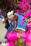 Junge blonde hübsche Frau in einem weißen und blauen Kleid über Mittelmeeransicht Stockbild