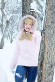 Junge blonde hübsche Frau hat einen Rest, der im Winter im Freien ist Lizenzfreie Stockbilder