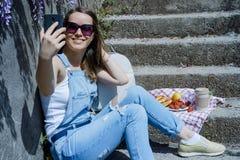 Junge blonde Hippie-Frau in der Sonnenbrille, selfie, unter Verwendung s machend Lizenzfreie Stockbilder