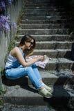 Junge blonde Hippie-Frau in der Sonnenbrille unter Verwendung des Smartphone in der Summe Stockfotos