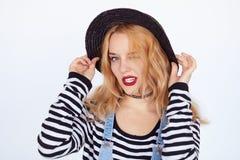 Junge blonde Hippie-Frau, die mit lustigem Gesicht aufwirft Lizenzfreies Stockfoto