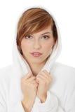 Junge blonde jugendlich Frau im Bademantel Lizenzfreie Stockfotografie