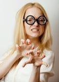Junge blonde Jugendliche in den großen Gläsern täuschen herum und haben Spaßstudenten Lizenzfreie Stockbilder