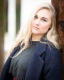 Junge blonde Jugendliche, die auf dem Strand denkt Lizenzfreies Stockfoto